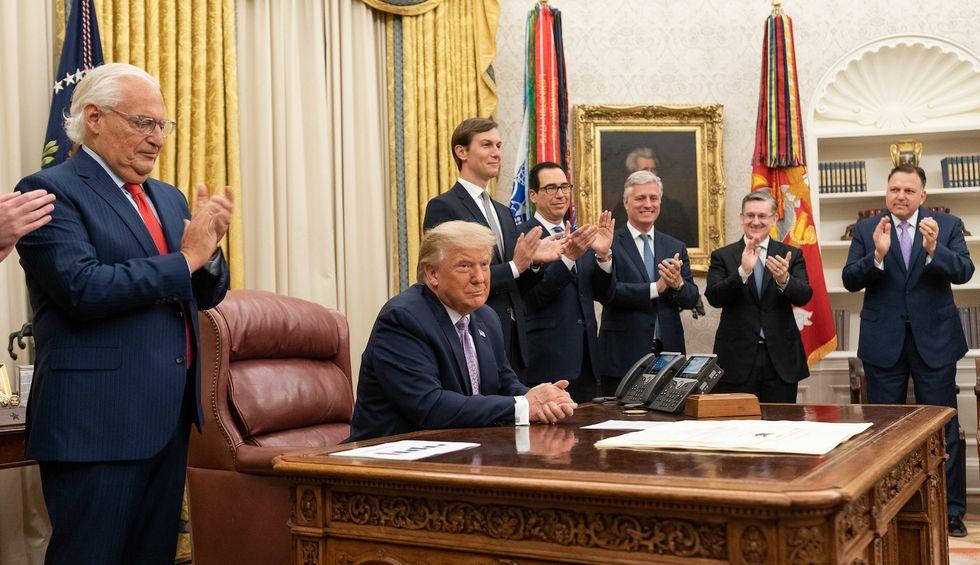 Reporter warns that the White House looks like a 'coronavirus breeding ground'