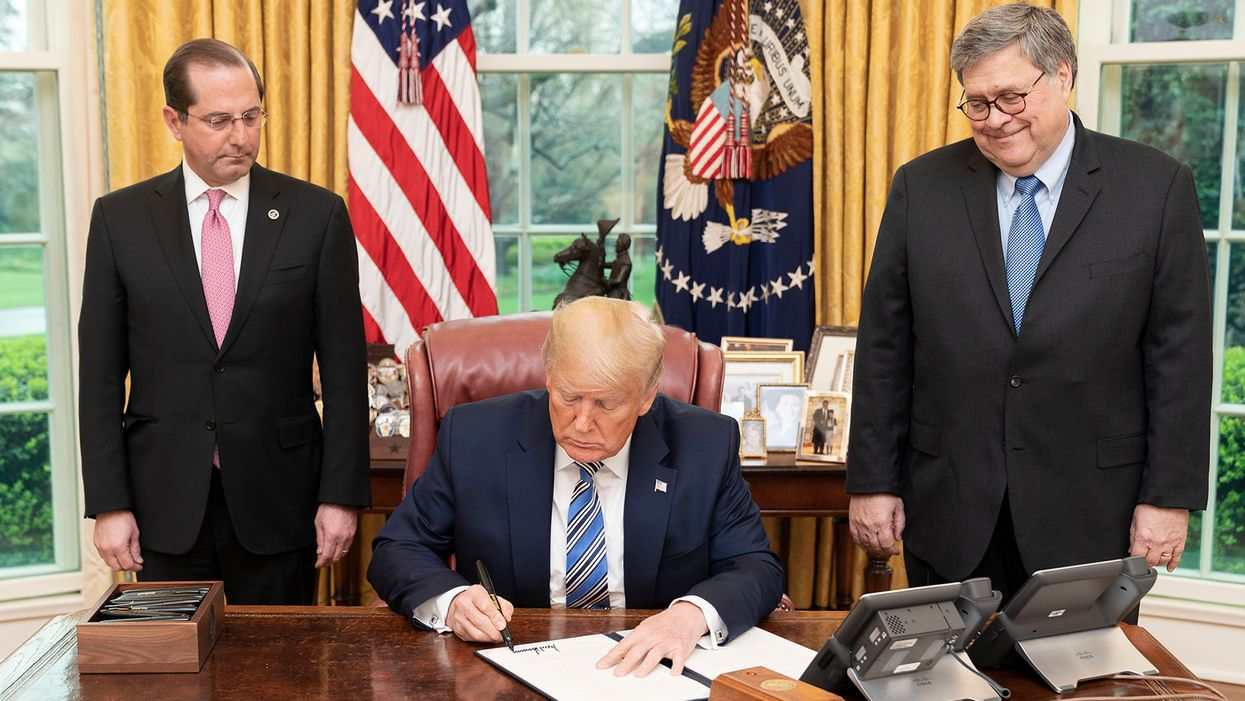 Here's what psychologists say about Trump's overly large, narcissistic signature
